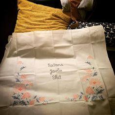 10 träffsäkra broderier för få dig att skratta! Bridget Jones, Quotes To Live By, Pokemon, Tote Bag, Humor, Crochet, Bags, Inspiration, Handbags