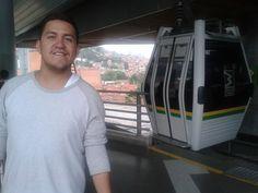 A punto de abordar uno de los vehículos que se mueven por el MetroCable de Medellín. De lo más hermoso de la ciudad / #viajes #travel #viajesmuseo #traveller #travelling #vacation #placestovisit #trips