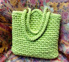 Bolsa Verde limão Mais Crochet Fabric, Fabric Yarn, Knit Crochet, Crochet Purse Patterns, Crochet Purses, Cotton Cord, Crochet World, Green Bag, Knitted Bags