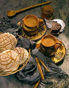 chocolate caliente con canela y una concha para el desayuno o para cenar