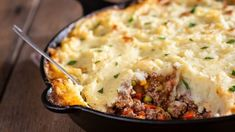 There's nothing better than a wholesome dinner dish that will please the whole family! Steak And Stout Pie, Quiche Au Brocoli, Mash Recipe, Best Casseroles, Cottage Pie, Cottage Cheese, Cauliflower Cheese, Family Fresh Meals, Irish Recipes