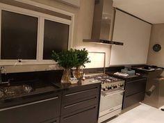 Uma cozinha aconchegante Especial para a mostra D&D Show feita pela Arqta @claudiaeliasinteriores em Granito Preto São Gabriel  #kitchen #cozinha #arquiteturaedesign #archtecture #dedshopping #dedshow #astimarmores #lojistaded