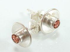 Schlichte und dennoch elegante Ohrstecker aus 925-Sterling Silber. In der Mitte ist ein champangnerfarbiger Zirkonia  gefasst. Die Ohrstecker habe ich in Handarbeit gefertigt. Die Schale ist ganz...