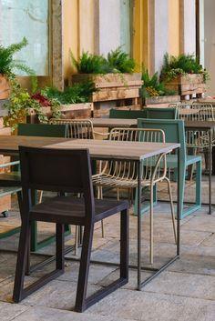 Cannavacciuolo Cafe&Bistrot - Design, arte e pezzi unici vintage sono la base sulla quale si costruisce l'umore di questo luogo storico di Novara. Un arredamento contemporaneo per riportare alla luce l'anima e la struttura originale del luogo firmato CierreEsse. Nolita & Feel #chair, Fabbrico #table #Pedrali