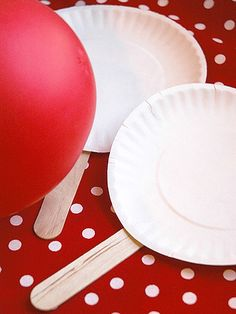 Balloon Tennis: A super fun twist on ping pong for toddlers! Love this cheap fun idea:)