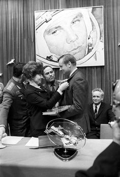 Historical Times - Valentina Tereshkova, the first woman in space, presenting Neil Armstrong with a badge in memory of his visit to the Gagarin Cosmonaut Training Center, Star City, Moscow . Valentina Tereshkova, Neil Armstrong, Programa Apollo, Photo Humour, Apollo Space Program, Apollo Missions, Astronauts In Space, Nasa Astronauts, Space Race