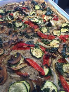 Deluxe pie (white sauce, red pepper, zucchini, mushroom, onion and spinach)