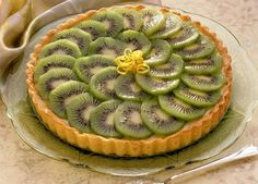 How to prepare a kiwi pie? A sweet pie that deserves its place among fruit desserts! The kiwi pie is Kiwi Recipes, Easy Healthy Recipes, Sweet Recipes, Easy Meals, Tarte Aux Kiwis, Kiwi Pie, Kiwi Dessert, Quiche, Food Porn