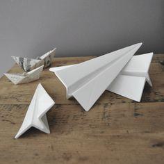 Set de 3 avions origami en porcelaine blanche de chez SELETTI.Décorer... caler une porte... ou en presse-papier... Dimensions (longueur) :Grand : 27,5 cmMoyen : 22 cmPetit : 19,5 cm*** produit neuf ***