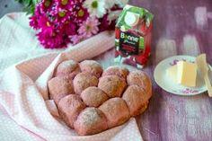 Sydämellinen punajuurileipä tuo hymyn huulille, varsinkin jos sen sattuu saamaan lahjaksi. Ystävänpäiväänkin sopiva leipä ilahduttaa aamiais-, lounas- ja iltapalapöydässä. Helppotekoiseen leipään tarvitset perusraaka-aineiden lisäksi kaupan hillohyllyiltä löytyvää Bonne Punajuurisosetta, joka on 100% punajuurta ilman lisättyjä aineksia. Upean värinen ja herkullisen makuinen sose on käyttövalmis ja voit annostella sitä puolen litran tölkistä sitä haluamasi määrän. French Toast, Muffin, Cheese, Breakfast, Food, Morning Coffee, Essen, Muffins, Meals