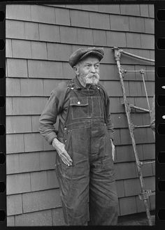 Andrew Ostermeyer, eighty-one years old. One of the original homesteaders. He has lost his farm to loan company. Still works and lives on farm of his son, Miller Township, Woodbury County, Iowa Photographer Russell Lee December 1936 Hard Working Man, Working Class, Working People, Old Pictures, Old Photos, Vintage Photos, Vintage Jeans, Vintage Outfits, Vintage Fashion