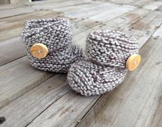 les-petits-noeuds-chaussons_tricot_nude2 Baby Shoes, Slippers, Jersey Bebe, Knitting, Crochet, Kids, Fashion, Baby Boy Sweater, Dots