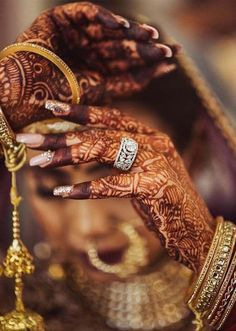 Latest mehndi or henna designs for brides to wear in these days just for cute hands. We have compiled here a lot of fresh bridal henna arts for girls to wear on wedding or special events. Bridal Nails Designs, Bridal Mehndi Designs, Ideas Joyería, Latest Mehndi Designs, Unique Diamond Rings, Indian Bridal Makeup, Wedding Makeup, Bridal Ring Sets, Indian Wedding Photography