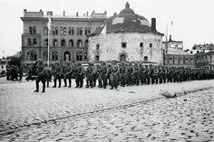 Kunniapataljoona marssi Pyöreän tornin ohi, minkä edustalla kenraaliluutnantti K. L. Oesch otti sen vastaan kunniakorokkeella. Kuva: SA-kuva.   VIIPURI ON MEIDÄN!  Viipurin valtaus oli niin tärkeä, että ylimääräiset uutislehdet melkeinpä revittiin käsistä. Otsikot oli levitetty kahdeksalle palstalle: Viipuri on meidän!