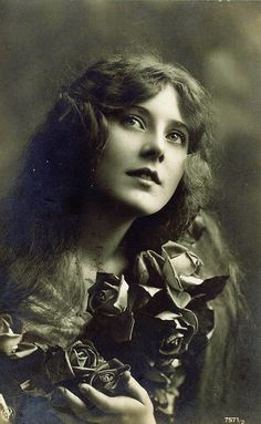 """""""The Lady and Her Roses"""" Portrait of Maude Fealy, Maybe? A very good portrait, date and photographer unknown. Vintage Abbildungen, Vintage Girls, Vintage Beauty, Vintage Postcards, Vintage Images, French Postcards, Antique Photos, Vintage Photographs, Old Photos"""