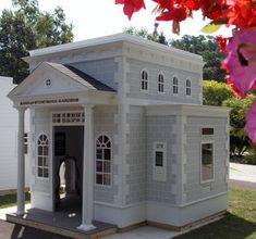 Building your little one a playhouse in the backyard will surely make them happy. However, you'll want it to be safe as well as beautiful. There are a few things you should know before you build a playhouse for kids. Kids Playhouse Plans, Outside Playhouse, Playhouse Kits, Backyard Playhouse, Build A Playhouse, Outdoor Playhouses, Simple Playhouse, Small Backyard Landscaping, Play Houses