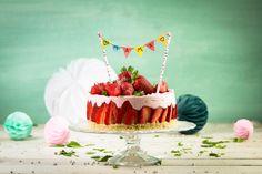 Wil je mama echt verrassen op Moederdag? Bak dan deze heerlijke Moederdagtaart met de Dr. Oetker yoghurttaart met muesli kruimelbodem en aardbeien. Maak je taart helemaal compleet met de DIY vlaggenlijn en maak er een echt origineel Moederdag cadeau van. Oreo Trifle, Muesli, Cupcake, Birthday Cake, Baking, Desserts, Sweet, Party, Food