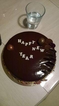 Entremet nouvel an ( sablé breton, insert cremeux caramel, insert compotee mandarine, mousse choco lait, glacage)