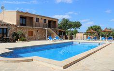 Finca Cas Alegra • Ort: Sa Rapita, Mallorca Süden • Preis pro Nacht: 70 bis 100 € • Max. 28 Personen • Im Süden Mallorcas, nur ca. 10 km von den kinderfreundlichen Stränden entfernt.