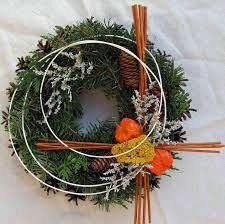 dušičkový věnec - Hledat Googlem Christmas Pine Cones, Christmas Wreaths, Christmas Decorations, Funeral Flowers, Grapevine Wreath, Flower Designs, Advent, Flower Arrangements, Diy And Crafts