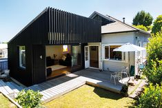 ARTICLE Clare Chapman PHOTOGRAPHY Scott Espie After living in their villa for a few years the homeowners Kelly and Scott realised the. Queenslander House, Weatherboard House, House Cladding, Facade House, House Extensions, Home Additions, Home Reno, Architecture Design, Pavilion Architecture