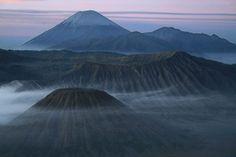 gunung adalah bentuk permukaan tanah yang menonjol di atas wilayah sekitarnya