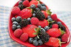 ½ taza de fresas (85 g) ½ taza de arándanos (75 g) ½ taza de moras (75 g) ½ taza de frambuesas (75 g) 2 cucharadas de espirulina en polvo (20 g) 1 cucharadita de semillas de sésamo (5 g) Preparación Introduce todos los ingredientes en la licuadora, agrégale agua si lo consideras necesario y procésalo unos segundos hasta que todo quede bien incorporado. Bébelo de inmediato para disfrutar la concentración de sus nutrientes.