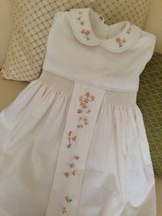Vestido beige con tachon bordado en florecitas rococo en color melon y nido de abeja a cada lado del tachon.