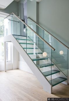 Amazing Sleek Modern Glass Railing Stair Design Ideas 22 - Trend Home Handrails For Stairs Interior, Modern Stair Railing, Stair Railing Design, Staircase Railings, Modern Stairs, Railing Ideas, Staircases, Steel Railing, Curved Staircase