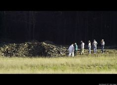 Unforgettable Images Unforgettable Images Officials examine the crater Sept. 2001 at the crash site of United Airlines Flight 93 in Shanksville, Pennsylvania. World Trade Center Collapse, World Trade Center Attack, We Will Never Forget, Lest We Forget, 11 September 2001, Historia Universal, Sad Day, United Airlines, Photos