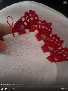 Bico em crochê tecido em carreira única com caseado múltiplo