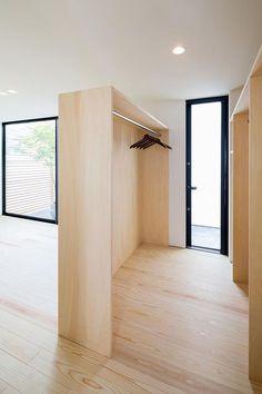 専門家:が手掛けた、勝手口のあるウォークインクローゼット(空を囲む家)の詳細ページ。新築戸建、リフォーム、リノベーションの事例多数、SUVACO(スバコ)