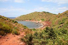 La spiaggia rossa di Cavalleria a Minorca.