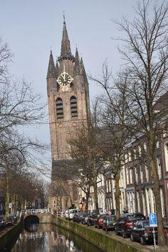 Zicht op de kerktoren van de Oude Kerk, toegevoegd aan de kerk in 1325. Door onvoldoende ruimte werd kanaal de 'Oude Delft' deels omgeleid en volgestort met puin. Direct begon men met de bouw van de toren en begon direct scheef te zakken. De toren staat nu bijna 2 meter uit het lood.