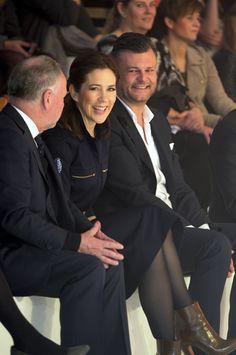La princesa Mary toma nota de las últimas tendencias en Copenhague #denmark #princess #fashion #royals #realeza