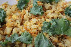 KALAFIOR w roli głównej:  1 kalafior, 1 cebula, 2 ząbki czosnku, 1 marchewka, sól, pieprz, kurkuma, curry, gałka muszkatołowa, 1 łyżka sosu sojowego. Cebulę pokroić i podsmażyć na oleju kokosowym. Dodać drobno pokrojony kalafior i wyciśnięty czosnek, wrzucić wszystkie przyprawy. Marchewkę zetrzeć na tarce o grubych oczkach i dodać do kalafiora, smażyć 2 min. Wlać szklankę gorącej wody i dusić pod przykryciem 15 min, położyć kawałki liści jarmużu.