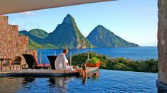 Jade Mountains vägg- och fönsterlösa utsikt mot St Lucias två naturliga varumärken, Gros Piton och Petit Piton. Hotellet utsågs nyligen till bästa smekmånadshotell i hela Karibien av Brides Magazine.