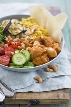 Bowls zijn helemaal hip! Je hebt ze in allerlei soorten, maten en smaken. Zo kun je de dag bijvoorbeeld beginnen met een smoothiebowl en lunchen met een noedelbowl. En in deze blog deel ik het recept van één van mijn favoriete bowls, namelijk met kip tandoori! Een bowl maken is heel makkelijk en leuk. Je … Healthy Cooking, Healthy Eating, Cooking Recipes, Healthy Recipes, Poke Bowl, Food L, Good Food, Dinner Is Served, Asian Recipes