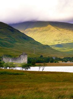 Located in Loch Awe, just north of Glasgow, Kilchurn Castle is a ruined 15th and 17th century castle.   |   19 Reasons Why Scotland Must Be on Your Bucket List. Amazing no. #12