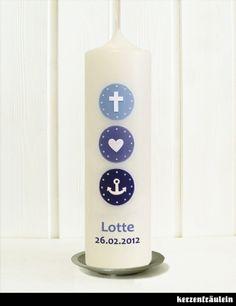 """Taufkerze """"Glaube Liebe Hoffnung"""" von kerzenfräulein. Minimalistisch und schlicht mit drei Farbkreisen und den Symbolen Anker, Herz und Kreuz verziert."""