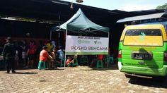 Sinergi Foundation melalui tim Sinergi Rescue membuka aksi layanan kesehatan bersama tim kesehatan Majelis Taklim Garem-garem dan tim medis Rumah Bersalin Cuma-cuma (RBC) di Posko Banjir Sinergi, Jalan Citeurep - Bojongsoang Bandung, Kamis (25/12/2014).    Dua ratusan pengungsi berdatangan sejak pukul 08.00 wib. Aksi kesehatan ini ditangani sekurangnya oleh sembilan ahli medis.