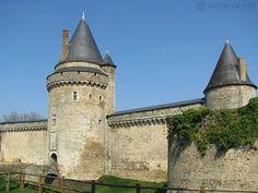 Le puissant château de Blain (XIII- XVIe siècle), près du Canal de Nantes à Brest. Brittany