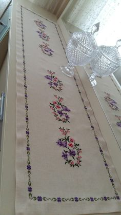Gelin kanavice Dining Table Cloth, New Trends, Cross Stitch Patterns, Bohemian Rug, Diy And Crafts, Projects To Try, Quilts, Embroidery, Handmade
