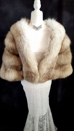 bridal shops If you're inspired by dreamy romanticism coupled with extravagance and luxury, then this Norwegian Fox Fur Stole has your name written all over it! Vintage Fur, Vintage Bridal, Fur Fashion, Fasion, Winter Wedding Cape, Fur Cape, Fur Stole, Fox Fur, Gothic Steampunk