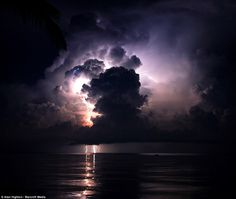 Discover pictures and videos of the amazing Catatumbo Lightning (Everlasting Lightning Storm), a strnge natural phenomenon in Venezuela. Catatumbo Lightning, Thunder And Lightning, Lightning Storms, Adventure Holiday, Mysterious Places, Lightning Strikes, Natural Phenomena, Natural Disasters, Big Sky