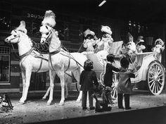 Sinterklaas-etalage van het warenhuis Vroom & Dreesmann... 1970