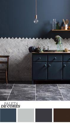 Um azul escuro surge imponente na decoração desta cozinha, criação da Mandarin Stone. Mas quem rouba a cena nos detalhes são as pedras que criam um mosaico e formam um contraste interessante com a pintura da parede. Apenas uma luminária com soquete pintado da cor cobre, flores e vidros coloridos surgem como acessórios para uma combinação impactante e ao mesmo tempo delicada.