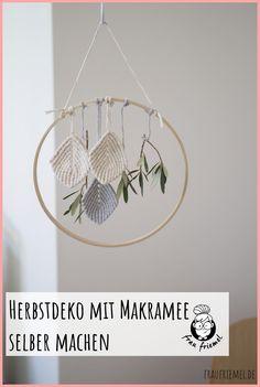 Makramee Deko für den Herbst selber machen einfach erklärt. Makramee Blatt knoten und damit vielfältige Herbstdeko gestalten wie Türkränze. Gleich  auf fraufriemel.de DIY Ideen entdecken! #makramee #makrameedeko  #makrameediy #herbstdeko #herbstdekoration