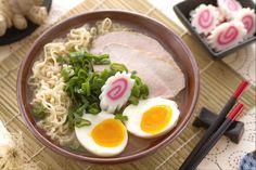 Il ramen è una famosa zuppa giapponese a base carne, noodle e uova ricca di aromi tipici orientali.