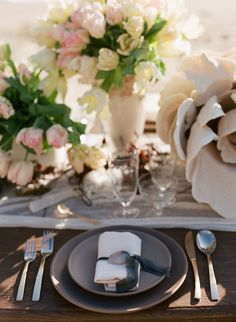Beach wedding place setting | Laura Murray Photography | see more on: http://burnettsboards.com/2015/01/salt-earth-malibu-beach-wedding/